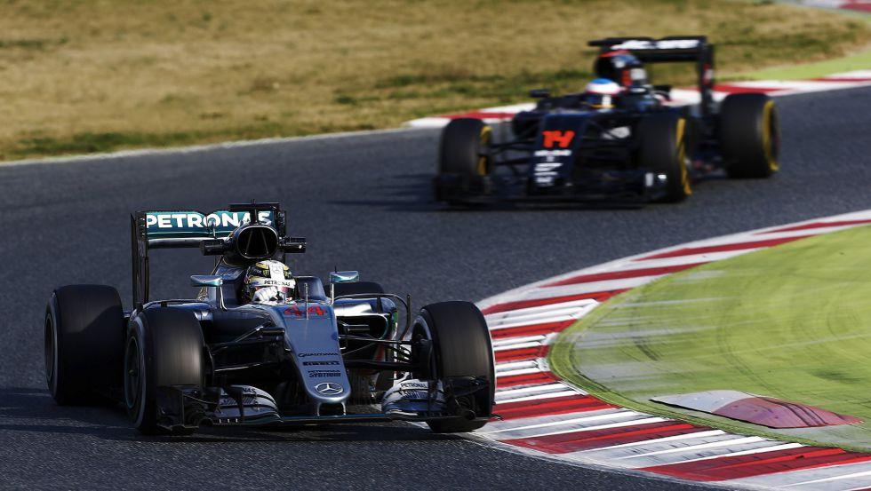 Hamilton, de Mercedes, seguido de Alonso, de McLaren.