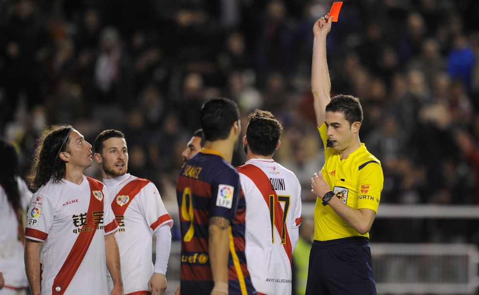 El jugador del Rayo Iturra (i) expulsado tras un penalti al Barcelona.