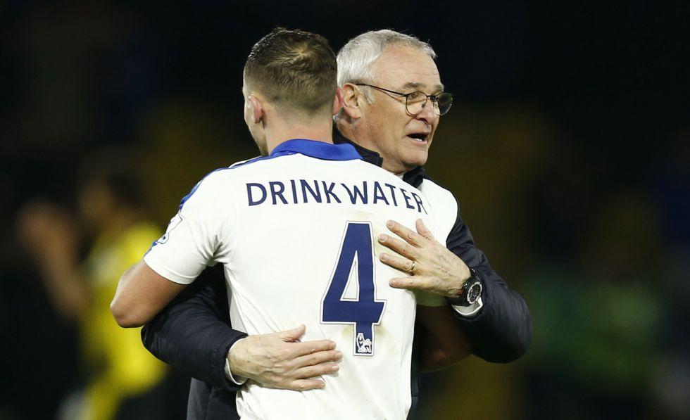 Drinkwater se abraza con Ranieri.