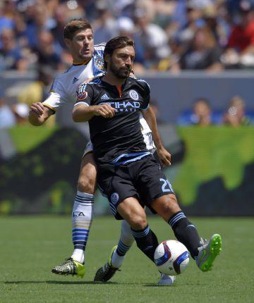 Steven Gerrard, del LA Galaxy, y Andrea Pirlo, del New York City FC.