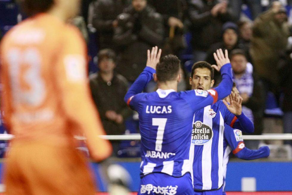 Guillermo Ochoa, en primer término, ve la celebración del Deportivo