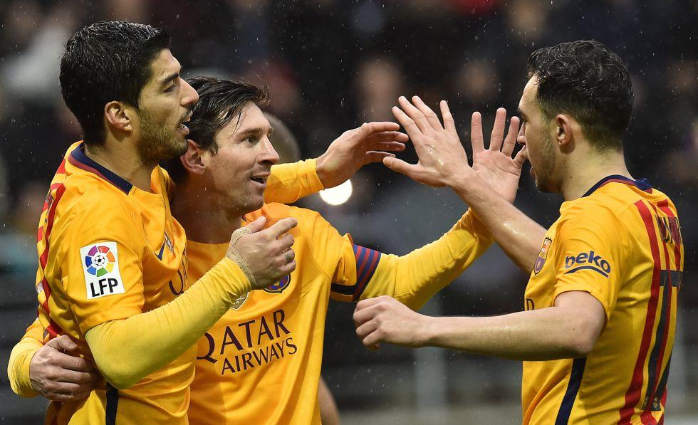 Messi celebra uno de sus goles con Munir y Suárez.