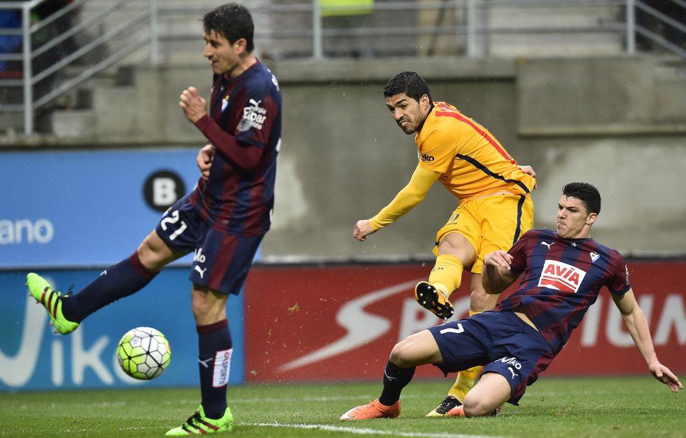 Suárez, en el disparo de su gol.