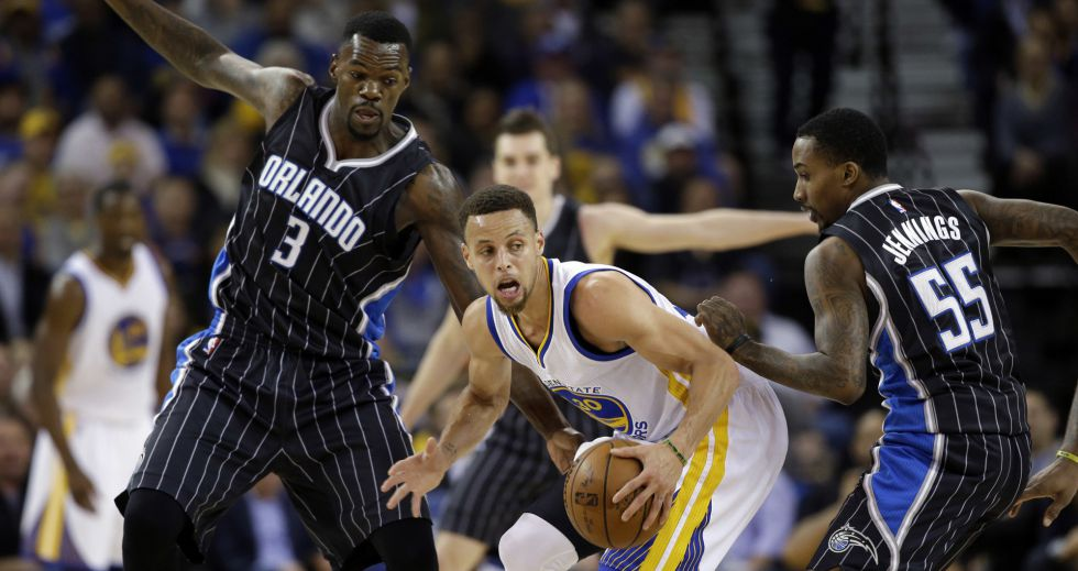 Curry, entre Dedmon y Jennings.