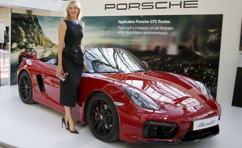 Sharapova posa junto a un Porsche en París, el año pasado.