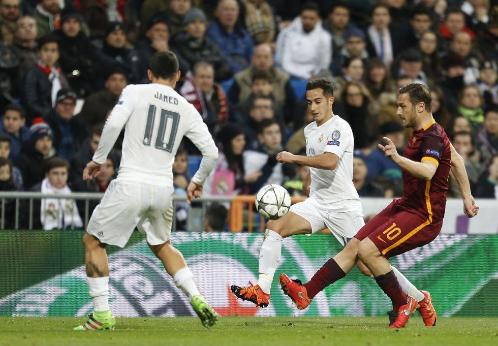 Totti golpea la pelota ante James y Lucas