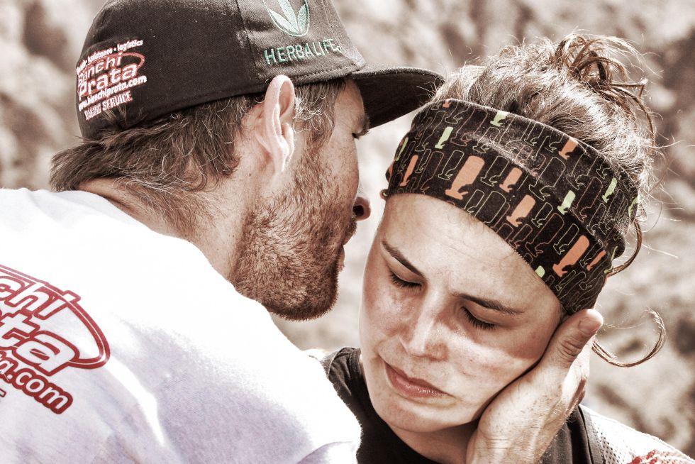 Pedro, pareja de Laia Sanz, la abraza al termino de la segunda etapa del Dakar de 2015.