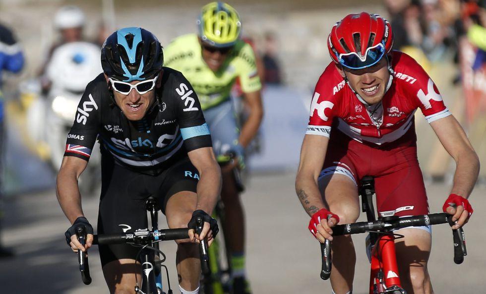 Ilnur Zakarin (d) ganador de la etapa, junto a Geraint Thomas (i) y Alberto Contador al fondo.