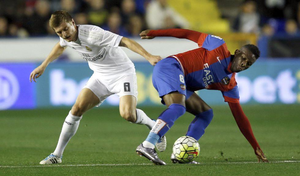 Toni Kroos lucha por un balón ante Lerma, del Levante.