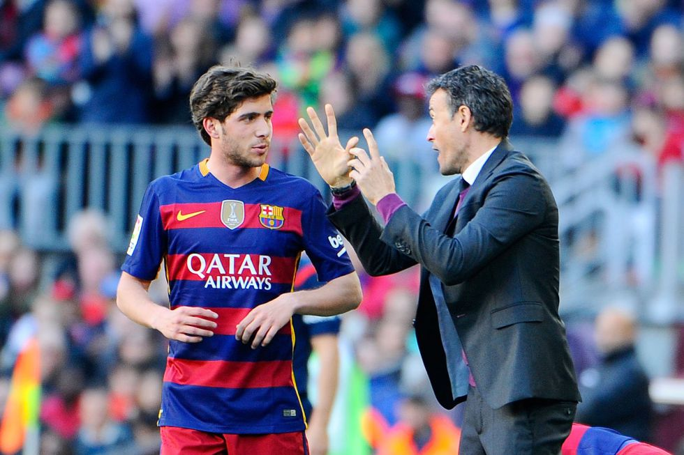 Luis enrique da instrucciones a Sergi Roberto durante el juego.