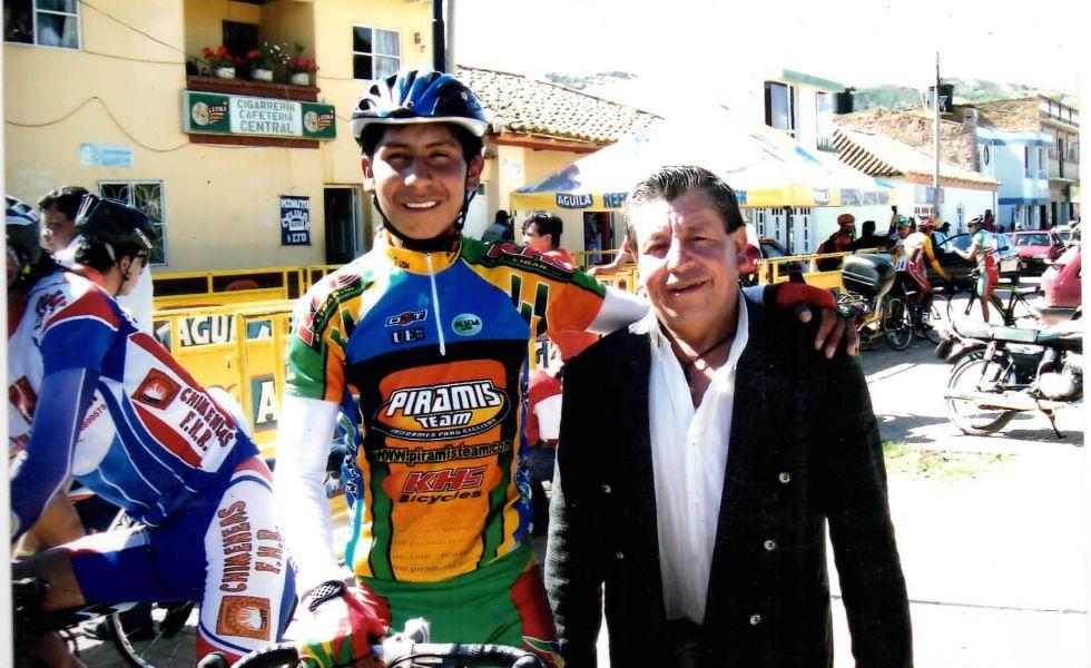 Nairo, adolescente, posa con su padre, Luis Quintana.