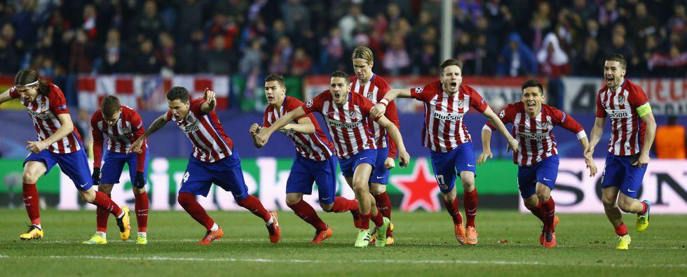 Los jugadores del Atlético tras el penalti de Juanfran.