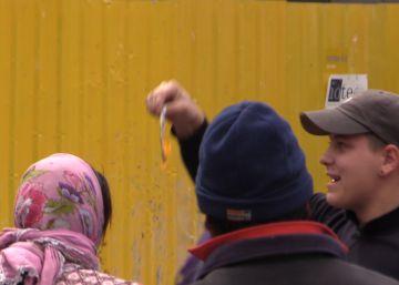 Hinchas del PSV humillan a varias mendigas que pedían limosna