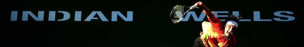 Zverev sirve durante el partido de los octavos contra Nadal.