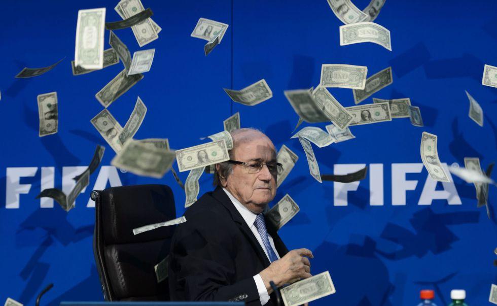 Blatter, rodeado de billetes falsos en julio de 2015.