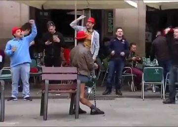 Nuevo episodio de humillación de hinchas a mendigos, esta vez en Roma