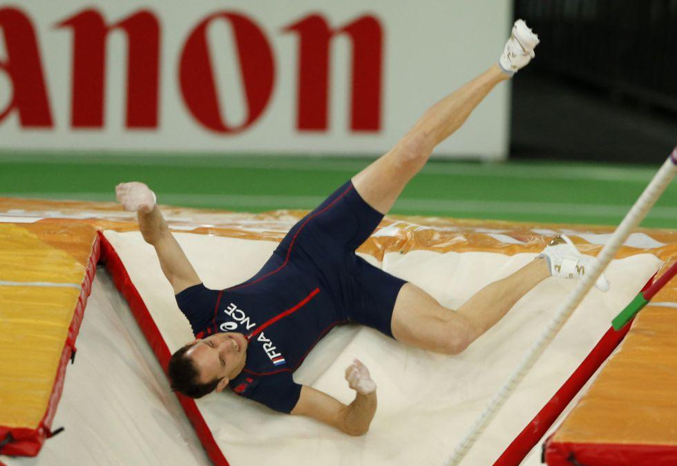 Renaud Lavillenie cae al cajetín de la pértiga en un intento fallido de saltar 6,17m.