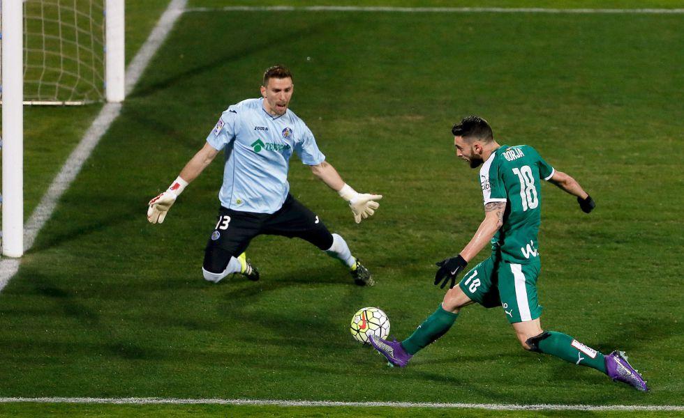 Borja Bastón trata de marcar ante Guaita.
