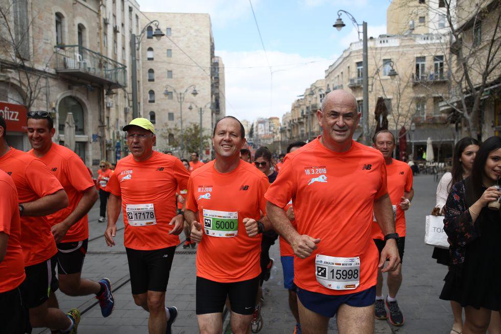 El alcalde de Jerusalén, Nir Barkat (dorsal 5000), el viernes, durante el maratón de su ciudad.
