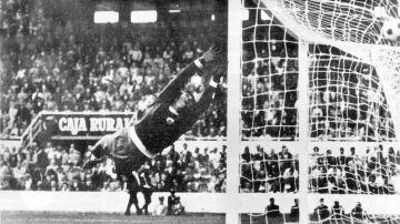 Paco cubre la escuadra y el balón entra por el lateral, en el Sevilla-Madrid de 1975.