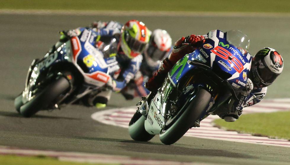 Lorenzo lidera un momento de la carrera.