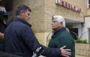 Los presidentes del Alhaurín y el Palo, a las puertas del Hospital Carlos Haya.