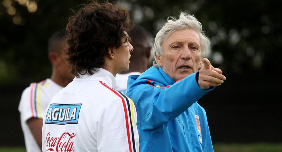 El técnico de la selección colombiana de fútbol, José Pékerman, da instrucciones a sus jugadores durante un entrenamiento el pasado lunes.
