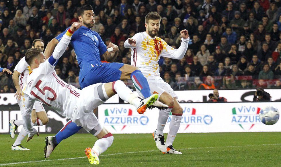 Ramos (izquierda) intenta frenar a Pellé.