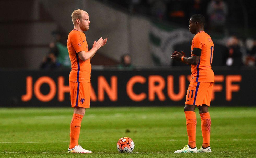 Klaassen y Promes aplauden en un homenaje a Cruyff.