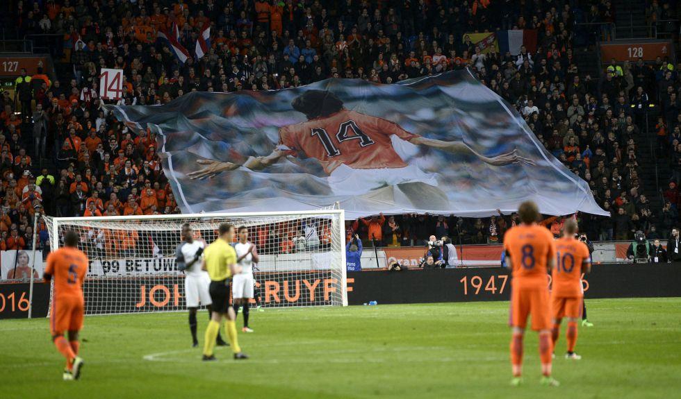 Al minuto 14, el partido se interrumpió para recordar a Cruyff.