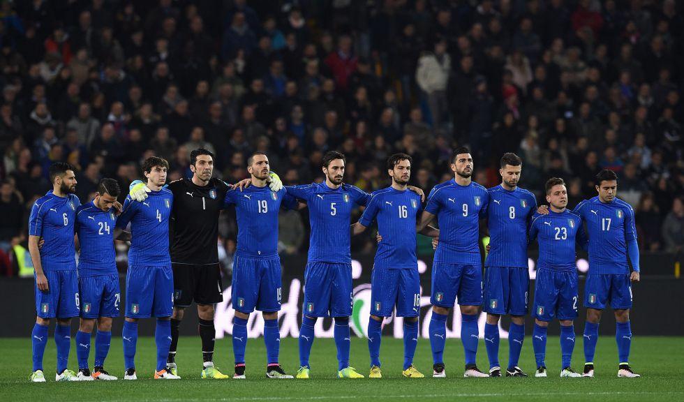 Los jugadores de Italia guardan un minuto de silencio por las víctimas de Bruselas.