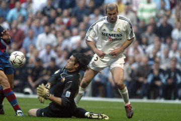 Zidane ante Valdés.
