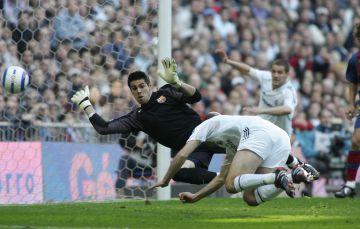 Zidane marca de cabeza.