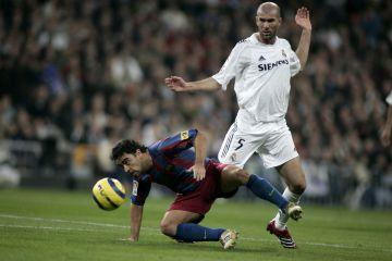 Xavi protege la pelota ante Zidane.