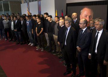 La plantilla del Barça despide a Cruyff en el Camp Nou