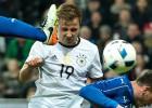 Alemania exhibe seda y músculo para someter a Italia