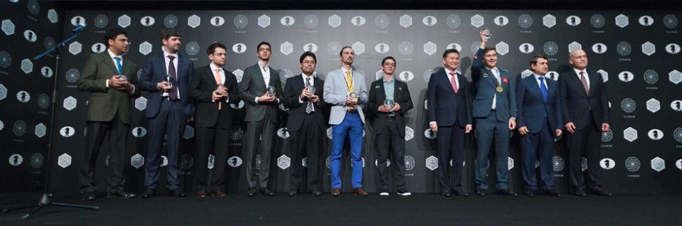 Los ocho candidatos posan junto a las autoridades durante la ceremonia de clausura, el pasado lunes en Moscú