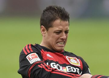 Chicharito se rompe en la victoria del Leverkusen