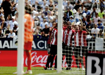 Raúl García e Iraizoz impulsan al Athletic ante un peleón Málaga