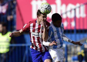El Atlético derrota al Málaga y sigue opositando al título