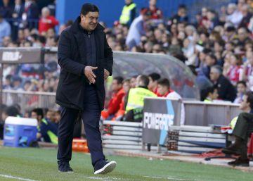 El Mono Burgos, de negro y caminando