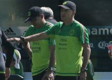 Ochoa y Dos Santos regresan a la selección mexicana a América