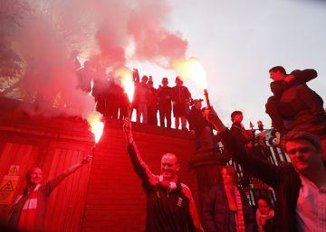 Seguidores del Liverpool con bengalas.