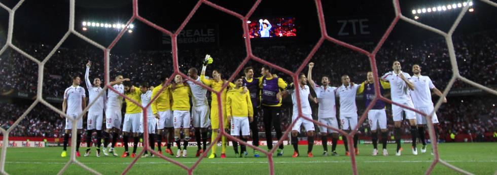 Los jugadores del Sevilla celebran el pase a la final de la Liga Europa.