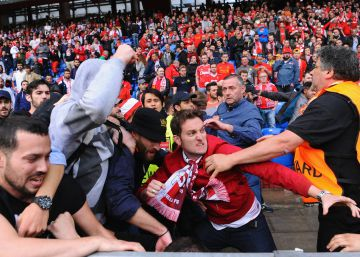 Violenta pelea entre hinchas del Sevilla y el Liverpool