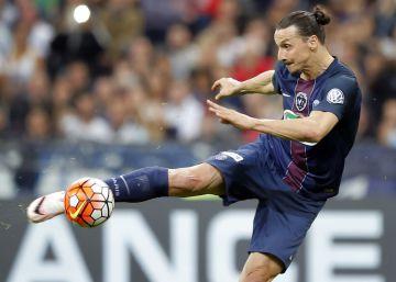 Ibrahimovic da la Copa al PSG en su despedida