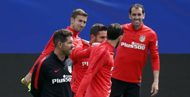 Simeone junto a varios jugadores.