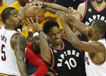 DeRozan, entre JR Smith y Thompson.