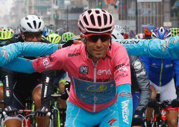 Vincenzo Nibali (c) celebra con su equipo la victoria en el Giro.