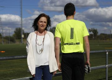 Luz María Arango y su hijo Alejandro Urrea Arango en los campos del Pozuelo.